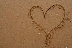 Coeur dessiné en sable Images libres de droits