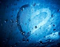 Coeur dessiné sur la glace humide. Images libres de droits