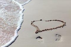 Coeur dessiné sur la plage Images stock