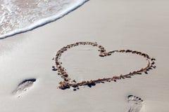 Coeur dessiné sur la plage Photographie stock libre de droits