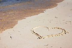 Coeur dessiné sur la plage Photos libres de droits