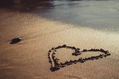Coeur dessiné sur la plage de mer de sable Image libre de droits
