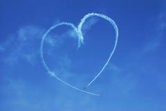 Coeur dessiné sur le ciel en avions Image libre de droits