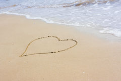 Coeur dessiné sur le sable Photographie stock libre de droits