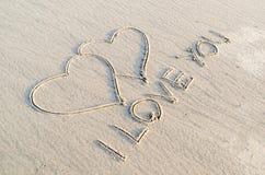 Coeur dessiné sur le sable photographie stock