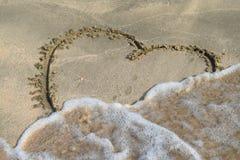 Coeur dessiné sur le sable de plage Image libre de droits