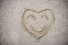 Coeur, dessiné sur le sable de plage symbole de coeur sur le sable lavé Photographie stock libre de droits