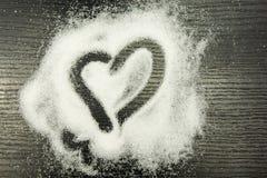 Coeur dessiné sur le sucre dispersé Photos stock