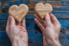 Coeur deux en bois symbolique Photo stock