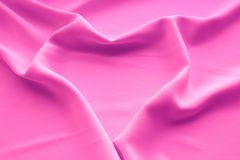 Coeur drapant sur la soie rose de tissu photographie stock