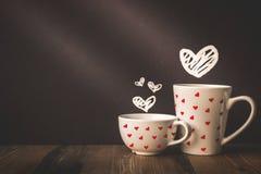 Coeur Drawed sur le fond et tasse avec l'espace de copie dans Valentine Photos libres de droits