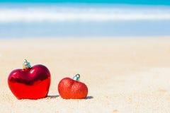 Coeur du bonbon deux sur l'amour de fond d'abrégé sur ciel bleu de plage de sable Image stock