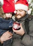 Coeur du jouet en verre dans les mains d'un père et d'un fils Photographie stock libre de droits