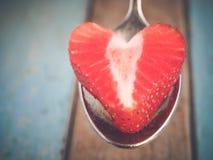 Coeur du ` s de fraise servi à l'amour Photos stock