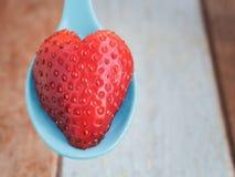 Coeur du ` s de fraise servi à l'amour Image stock