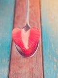 Coeur du ` s de fraise servi à l'amour Image libre de droits