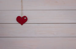 Coeur du ` s de Valentine accrochant sur la corde naturelle Fond blanc en bois Rétro type Photographie stock libre de droits