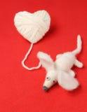 Coeur du tricotage avec la souris mignonne de feutre Photographie stock