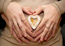 Coeur effectué avec des mains sur le ventre enceinte, Photo stock