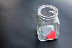 Coeur emprisonné dans un pot en verre Images libres de droits