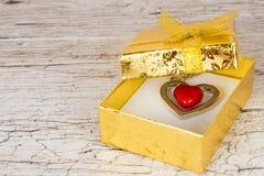 Coeur en acier rouge dans le boîte-cadeau Photos stock