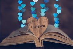 Coeur en bois avec l'amour de mot et fond avec un dos du coeur Images libres de droits