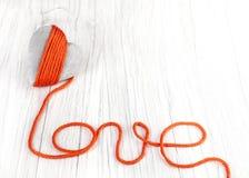Coeur en bois avec le signe rouge d'amour de fil, l'espace pour le texte Images stock