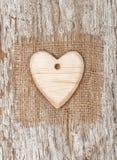 Coeur en bois avec le textile de toile de jute sur le vieux bois Images libres de droits