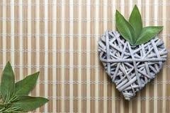 Coeur en bois avec les feuilles sages Image stock