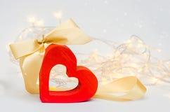 Coeur en bois avec un arc sur un fond blanc Jour du `s de Valentine amour de concept romantique/décoration Photographie stock