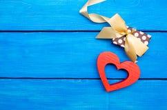 Coeur en bois avec un arc sur un fond bleu, jour du ` s de Valentine Concept de l'amour Vue de ci-avant Images libres de droits