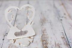 Coeur en bois blanc de cerfs communs sur le fond rustique de l'espace libre Image stock