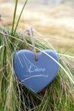 Coeur en bois bleu d'amour sur la plage Photos stock