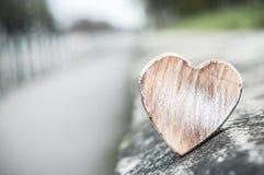 coeur en bois dans extérieur avec la perspective - aimez le conce Photo stock