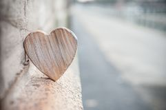 Coeur en bois dans extérieur - concept d'amour Photos stock