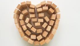 Coeur en bois de bloc sur le fond blanc Photo libre de droits
