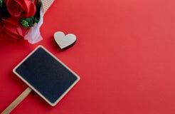 Coeur en bois de jour de valentines sur le fond rouge photo libre de droits