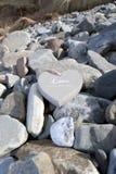 Coeur en bois de Loveing sur les roches Photos stock