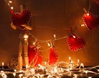 Coeur en bois de rouge de prise de personne Photographie stock libre de droits