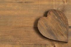 Coeur en bois de vintage sur le vieux fond en bois Photo stock