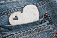 Coeur en bois minable dans la poche Photos libres de droits