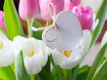 Coeur en bois parmi des fleurs photographie stock