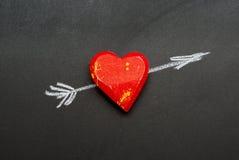 Coeur en bois percé par une flèche dessinée dans la craie Images libres de droits