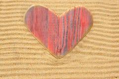 Coeur en bois simple d'amour dans le sable Photographie stock