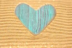 Coeur en bois simple d'amour dans le sable Images libres de droits