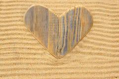 Coeur en bois simple d'amour dans le sable Photos libres de droits
