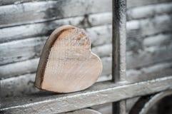 coeur en bois sur la grille dans extérieur - aimez le concept Photographie stock libre de droits