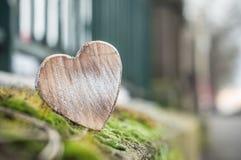 Coeur en bois sur la mousse dans extérieur - aimez le concept Images libres de droits