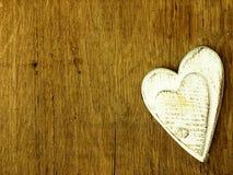 Coeur en bois sur la table de chêne Photo libre de droits