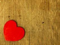 Coeur en bois sur la table de chêne Photographie stock
